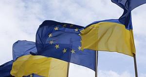 Fahnen Ukraine und EU