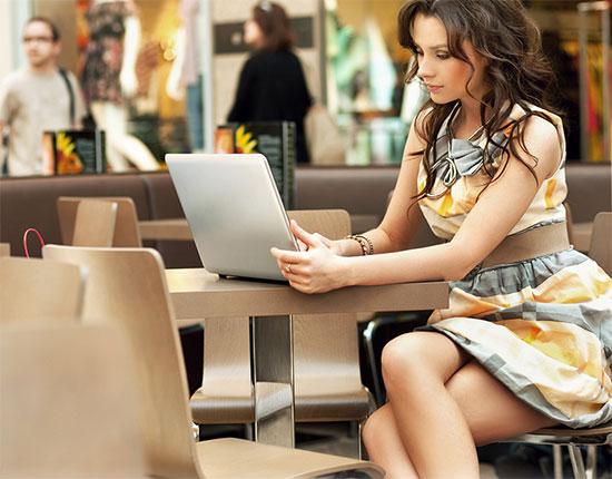 Ukrainische Frau vorm Laptop
